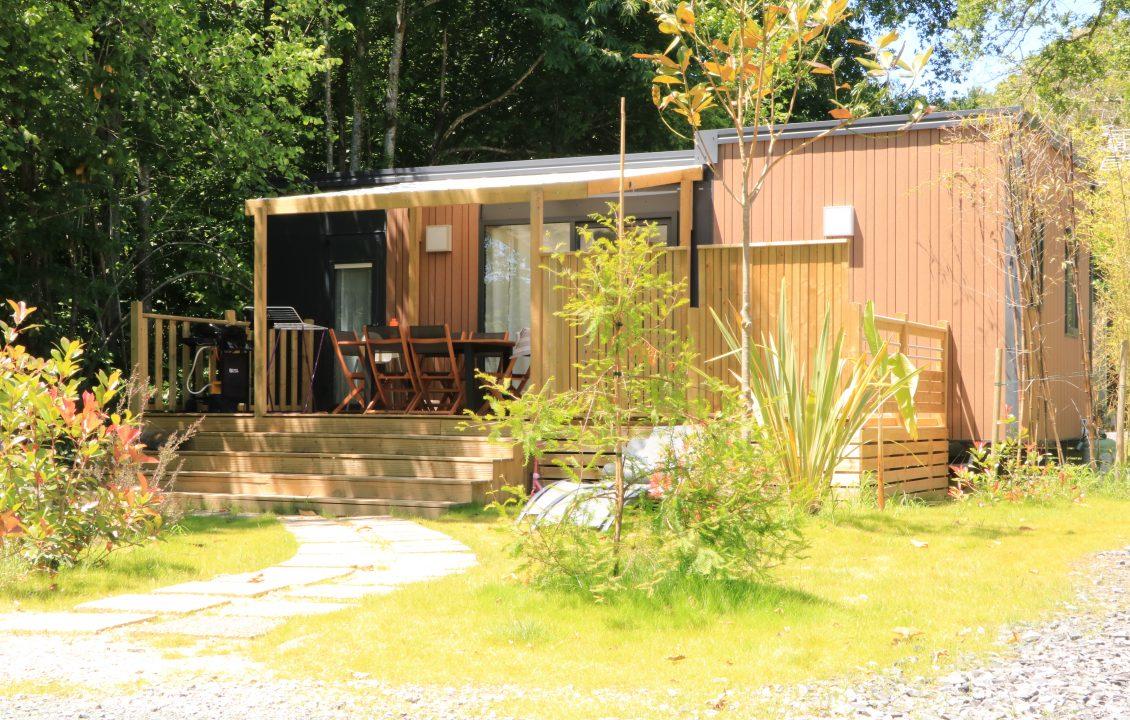 Extérieur du cottage Privilège et sa terrasse semi-couverte - Camping Bidart 5 étloies