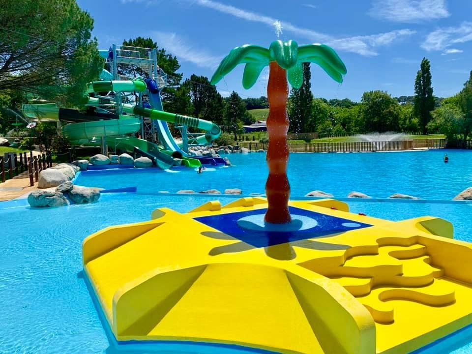 Grande piscine avec toboggans et jeux, camping 5 étoiles à Bidart Pays Basque, Le Ruisseau