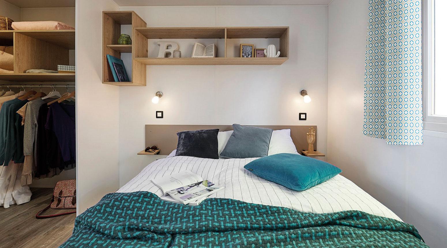 Chambre du Mobil Home contemporaine avec rangements vente de mobil home Bidart Camping Le Ruisseau