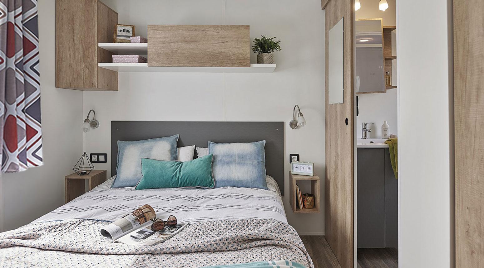 Chambre cocooning bien décorée, vente de mobil home Bidart Camping Le Ruisseau