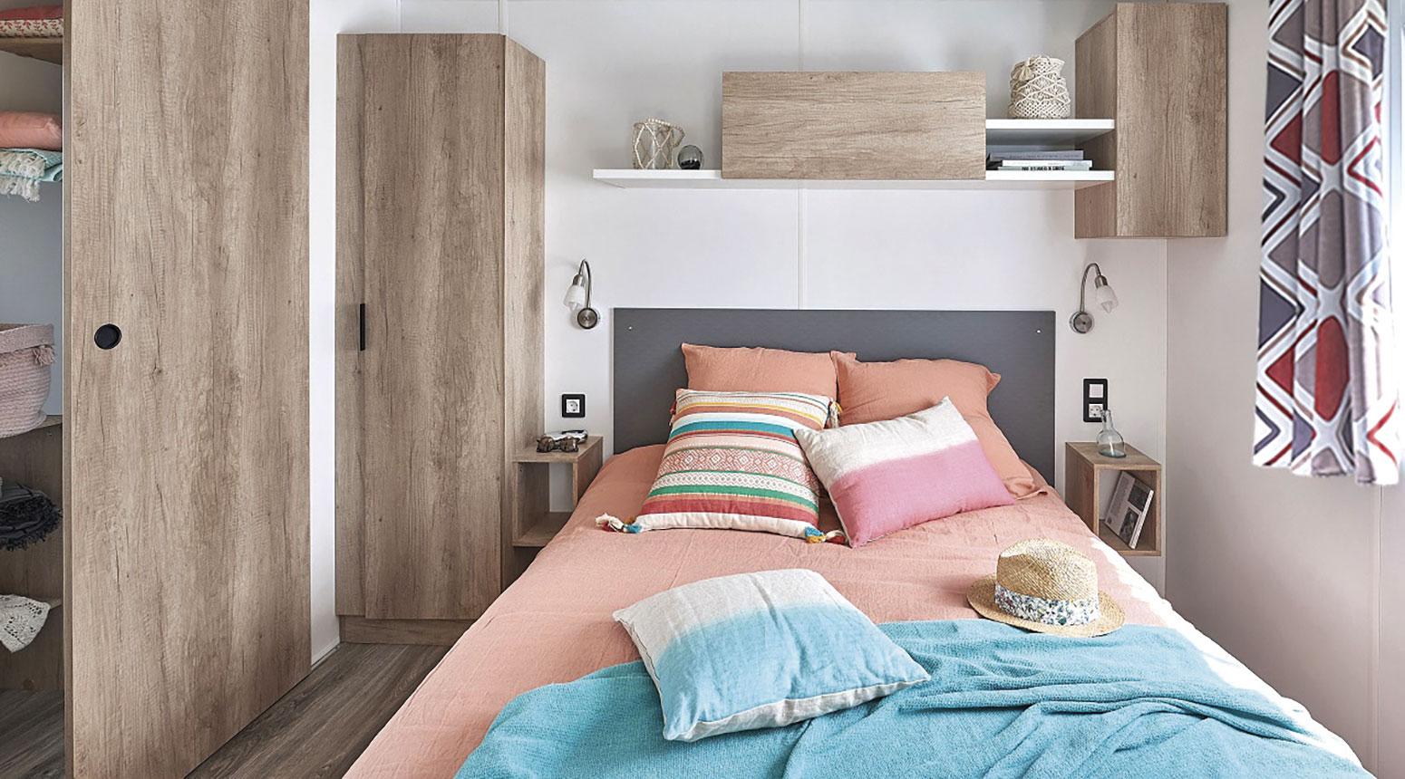Chambre moderne avec lit double vente de mobil home Bidart Camping Le Ruisseau