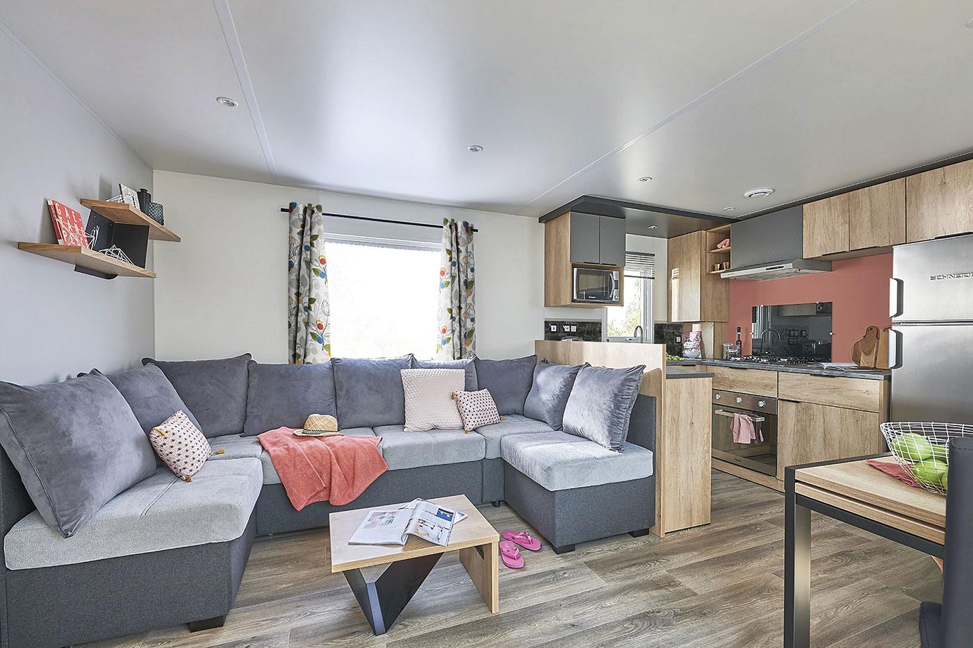 Salon spacieux et élégant vente de mobil home Bidart Camping Le Ruisseau